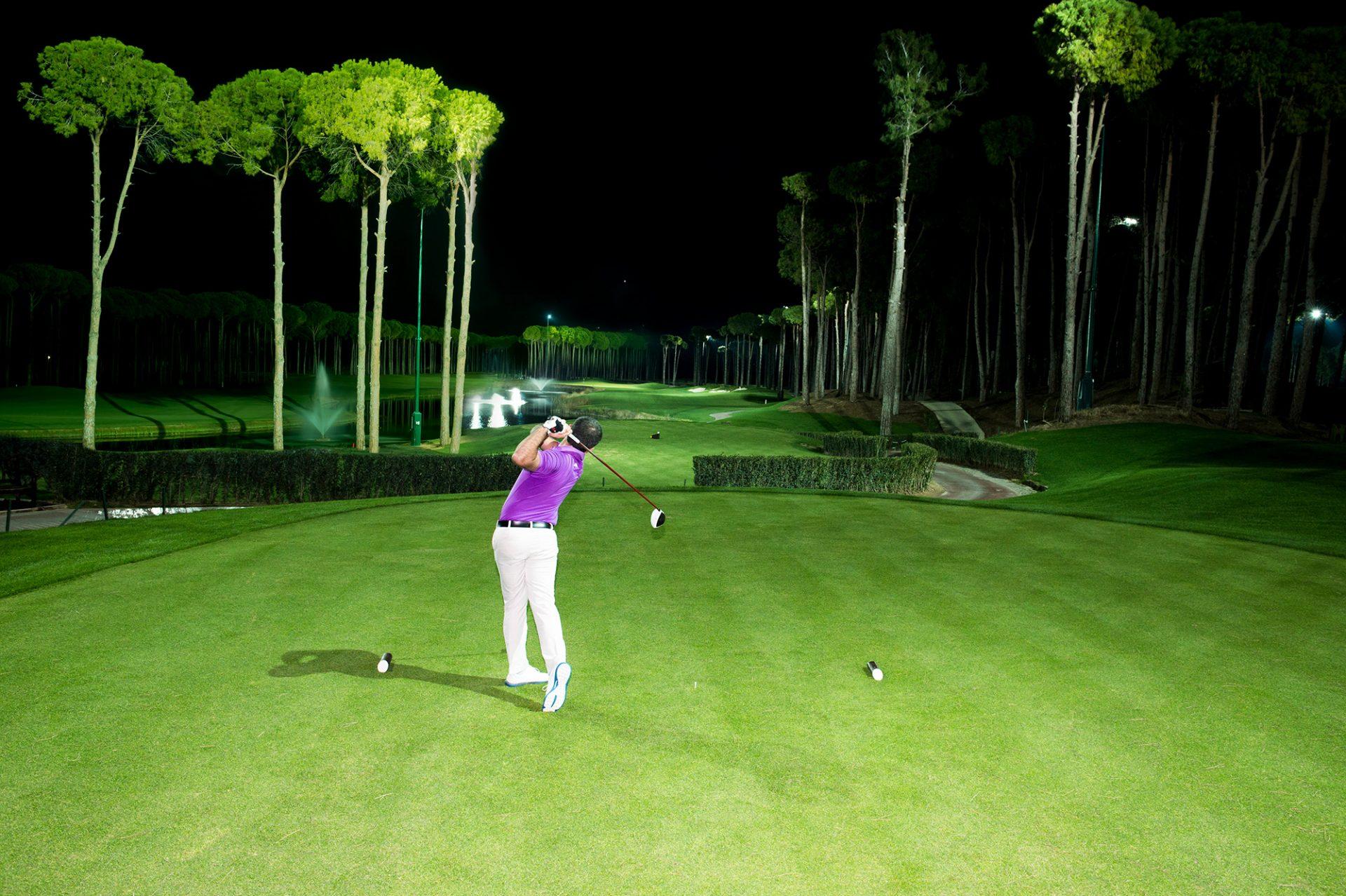 Golfreisen Belek - Regnum Carya Golf & Spa Resort. Das neue Luxus-Resort ist für kleine und große Gäste und für Golfer die erste Wahl in Belek. 2014 wurde das Regnum Carya eröffnet, mit Haupthaus und der Caya-Golf-Residence, Villen mit eigenem Pool und direkt am Green gelegen. Beeindruckend ist die große, elegante Atrium-Lobby mit der Lobby Bar. Das Interieur ist sehr stylisch, modern und wird auch hohen Ansprüchen gerecht.