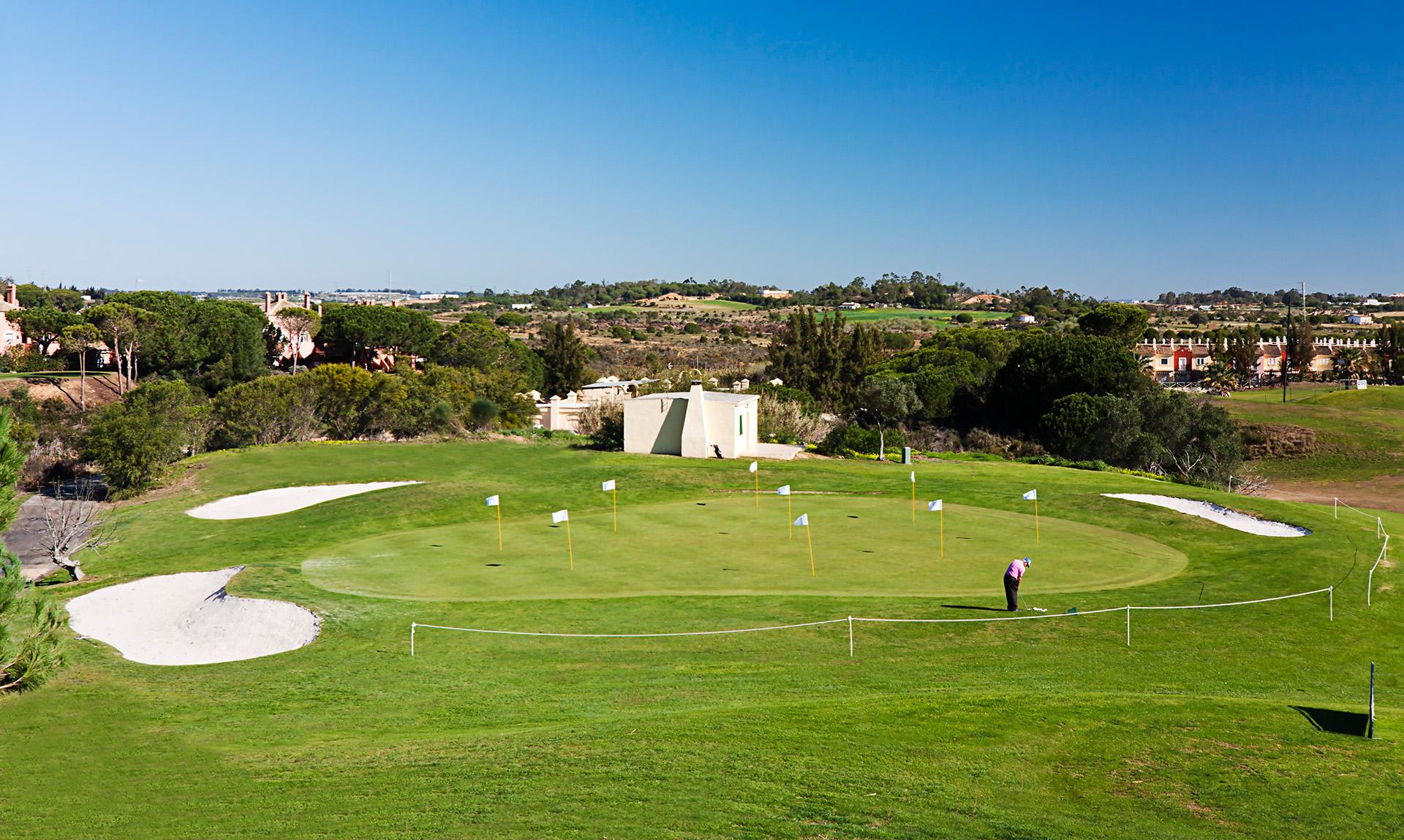 Golfreisen Costa de la Luz - Islantilla Golf Resort. Stolz präsentiert sich der ansprechende Hotelbau des Islantilla Golf Resorts im Herzen des Golfplatzes. Landestypische Elemente verschmelzen gekonnt mit modernem Stil. Das moderne Golfresort empfiehlt sich vor allem passionierten Golfern, die am liebsten von der Bettdecke abschlagen würden...