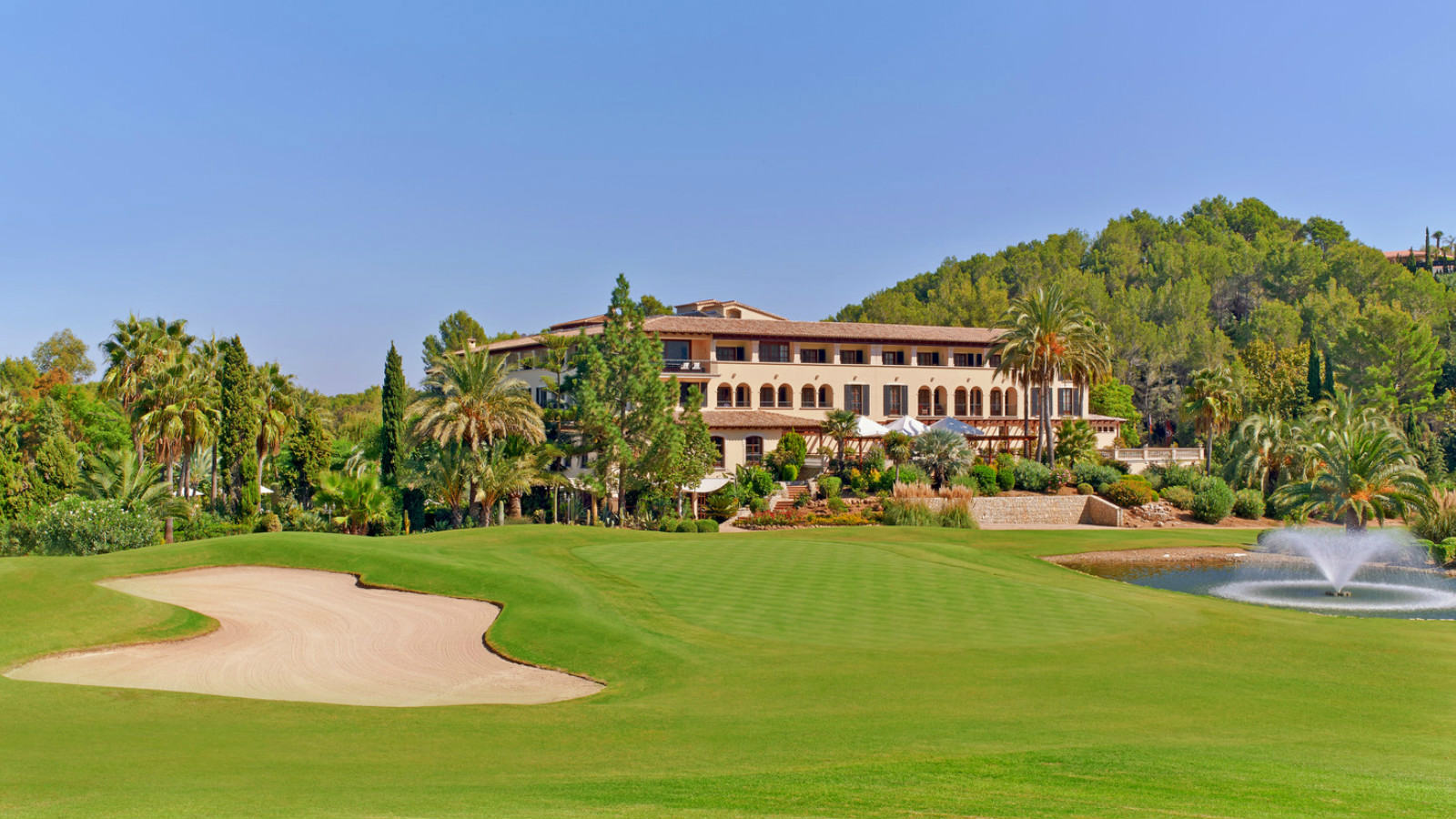 Golfreisen Mallorca - Sheraton Mallorca Arabella Golf Hotel. Die beliebteste Urlaubsdestination vieler Golfer ist unbestritten die wunderschöne Insel Mallorca. Mehr als ein Dutzend interessanter Plätze locken Golfhungrige das ganze Jahr über. Die Spitzenplätze Son Muntaner, Son Vida und Son Quint stehen den Gästen des Hotels kostenfrei zur Verfügung.