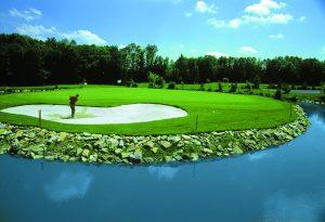 Golfreisen Bad Griesbach - Drei Quellen Therme. Familiengeführtes, sehr beliebtes Wellness & Golfhotel im größten Golfresort Europas mit sechs 18-Loch-Meisterschafts-Plätzen und der größten Golfakademie der Welt! Bad Griesbach ist nicht nur für Golfer ein Paradies, sondern bietet u.a. Deutschlands größtes zusammenhängendes Nordic-Walking-Streckennetz. Nach dem Golfen oder Wandern entspannt man sich in der Wohlfühltherme mit 13 Thermalwasserbecken.