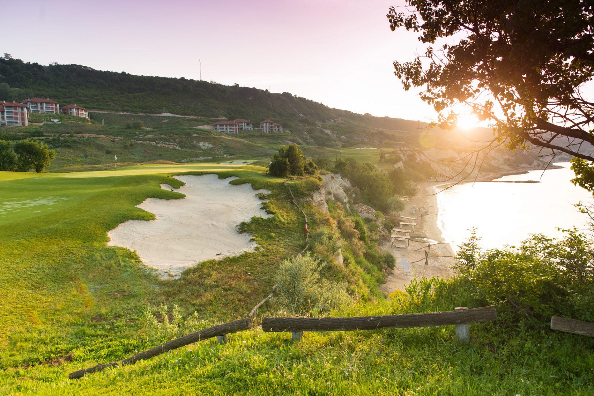 Golfreisen Kavarna - Thracian Cliffs Beach & Golf Resort. Bulgarien kann seit 2011 mit 3 neuen, spektakulären Golfanlagen an der Schwarzmeer Küste auftrumpfen. Das Reiseziel ist gut per Flug zu erreichen und nicht nur im Frühling und Herbst eine Reise wert. Golfer, die auf der Suche nach einem neuen Golf Highlight sind, werden hellauf begeistert sein.