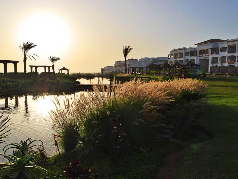 Golfreisen Agadir - Robinson Club Agadir. Golfurlaub mit Sonnengarantie und angenehmer Flugzeit von ca. 3-4 Std. findet man im Süden Marokkos, in Agadir. Mit Gastfreundschaft und Herzlichkeit empfängt das multikulturelle Team die Gäste. Marhaba ( Willkommen ) in Marokko, im Robinson Club Agadir!